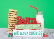 Стоп Санты здесь мы имеем печенья с печеньями обломока шоколада Стоковые Фотографии RF
