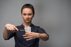 стоп сломленной принципиальной схемы сигареты куря Сигареты отрезка молодой женщины Стоковое фото RF