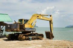 Стоп экскаватора BackHoe и ремонт ожидания поврежденные машинным оборудованием в жуликах стоковые фотографии rf