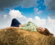 сторновка девушки bale отдыхая Стоковая Фотография