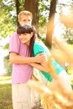 Сторновка супруги hug супруга ближайше заплетенная стоковое изображение