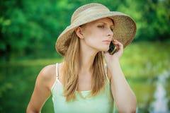 сторновка телефона шлема девушки Стоковые Фото