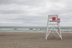 Сторожевая башня на пустом пляже в Middletown, Род-Айленде, США Стоковое Изображение RF