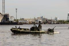 Сторожевой катер патрулируя гавань Норфолка Стоковые Изображения RF