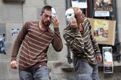 Сторона актеров к стороне в улице стоковые фото