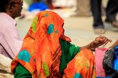 Сторона дамы coverying с тканью Индией Стоковое Изображение