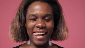 Сторона афро девушки сток-видео