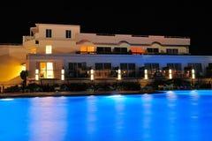 Сторона бассейна ночи гостиницы Стоковое Изображение