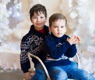 Сторона, белая предпосылка, голубой пуловер, потеха Стоковое Изображение RF