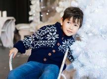 Сторона, белая предпосылка, голубой пуловер, потеха Стоковое Фото