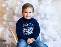 Сторона, белая предпосылка, голубой пуловер, потеха Стоковые Изображения RF