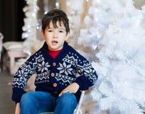Сторона, белая предпосылка, голубой пуловер, потеха Стоковая Фотография
