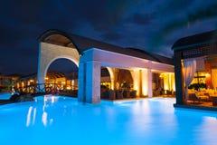 сторона богачей бассеина ночи гостиницы Стоковая Фотография