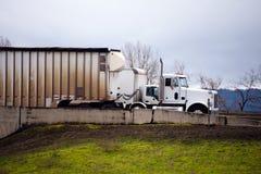 Сторона больших парков грузовых автомобилей снаряжения semi идя - мимо - встаньте на сторону на exi шоссе Стоковое фото RF