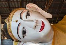 Сторона большой белой возлежа статуи губы Будды красной в виске Мьянмы Стоковые Изображения