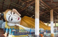 Сторона большой белой возлежа статуи губы Будды красной в виске Мьянмы Стоковые Изображения RF