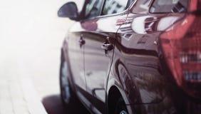 Сторона взгляда роскошной спортивной машины едет на дороге стоковые изображения rf