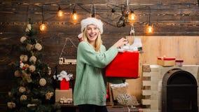 Сторона выражений Женщина зимы нося красную шляпу Санта Клауса рот открытый взволнованности Рождество и noel swag падуба веселое стоковое изображение