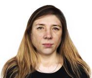 Сторона вытаращиться женщины портрета на белой предпосылке стоковая фотография rf