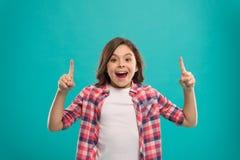 Сторона девушки милая удивленная узнала важную идею Волосы маленькой девочки длинные получили блестящую идею Возбужденная улыбка  стоковое изображение rf