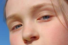 Сторона девушки подростка Голубые глазы вытаращить вверх Стоковая Фотография RF