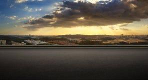 Сторона дороги асфальта с красивым горизонтом города Куалаа-Лумпур Стоковое Изображение RF