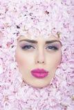 Сторона девушки в цветках Стоковое Изображение
