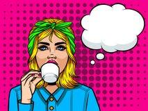 Сторона девушки от 90s с чашкой кофе в ее руке над предпосылкой полутонового изображения Иллюстрация штока