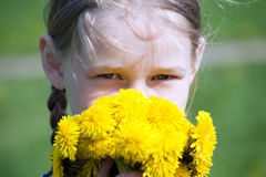 Сторона девушки с желтыми одуванчиками стоковое изображение rf