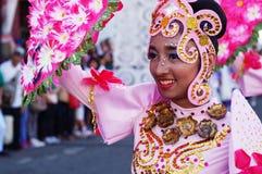 Сторона женского танцора масленицы в различных костюмах танцует в наслаждении вдоль дороги Стоковая Фотография RF