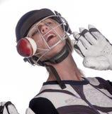 Сторона женщины в шлеме будучи ударянным шариком сверчка стоковая фотография rf