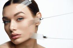 Сторона женщины красоты во время обработки подъема кожи стороны Стоковые Изображения