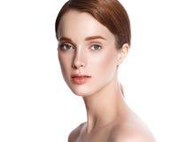 Сторона женщины красоты с портретом руки Изолированный на белом backg стоковое изображение rf