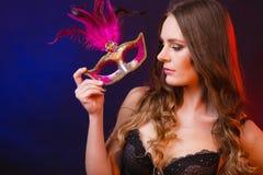 Сторона женщины крупного плана с маской масленицы на темноте стоковое фото