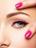 Сторона женщины крупного плана с глазами розовых ногтей близко Стоковые Изображения RF