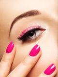Сторона женщины крупного плана с глазами розовых ногтей близко Стоковая Фотография RF