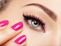 Сторона женщины крупного плана с глазами розовых ногтей близко Стоковые Фотографии RF