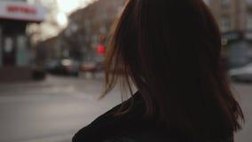 Сторона женщины поворачивая в городе акции видеоматериалы