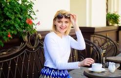 Сторона женщины счастливая жизнерадостная имеет террасу кафа питья outdoors Чай питья девушки с молоком как великородная традиция стоковое изображение rf