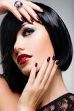 Сторона женщины с красивыми темными ногтями и сексуальное Стоковые Фотографии RF