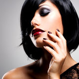 Сторона женщины с красивыми темными ногтями и сексуальными красными губами Стоковое фото RF