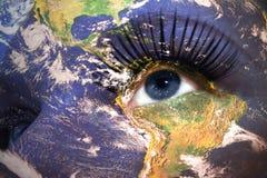 Сторона женщины с текстурой земли планеты и национальный флаг Аляски внутри глаза стоковое фото