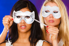 Сторона 2 женщин с масками масленицы венецианскими Стоковые Фотографии RF