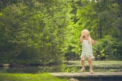 Сторона заволакивания маленькой девочки и плакать на мосте Стоковые Фото