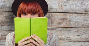 Сторона заволакивания женщины Redhead с книгой Стоковое Фото
