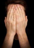 Сторона заволакивания человека †депрессии «с руками стоковое фото rf