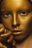 сторона золотистая Женщина с роскошным составом золота стоковые изображения