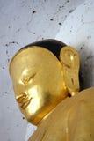 Сторона золотой статуи Будды стоковые фото