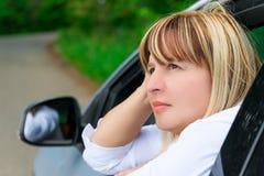 Сторона зрелого водителя женщины в автомобиле Стоковая Фотография