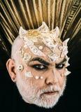 Сторона изверга на темной предпосылке Демон с золотыми кожей гада и терниями, концепцией фантазии Человек с причудливым хеллоуино Стоковое Фото